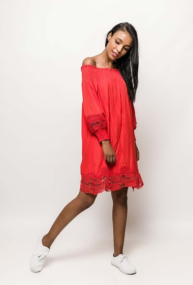 Robe à épaules dénudées, manches longues. La mannequin mesure 172cm, TU correspond à 38/40. Longueur:80cm