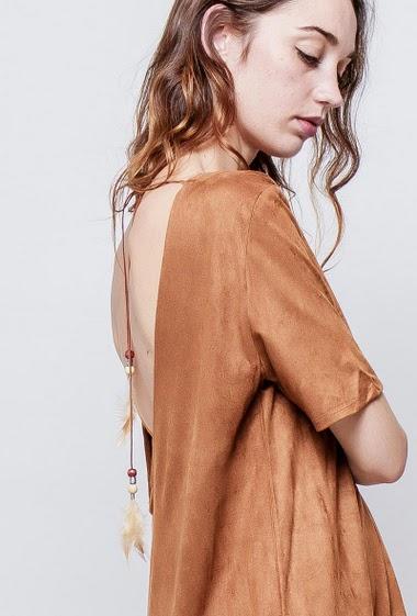 Robe à manches courtes, dos ouvert, lien avec plumes, bordure à volants, toucher doux. La mannequin mesure 177cm et porte du S/M