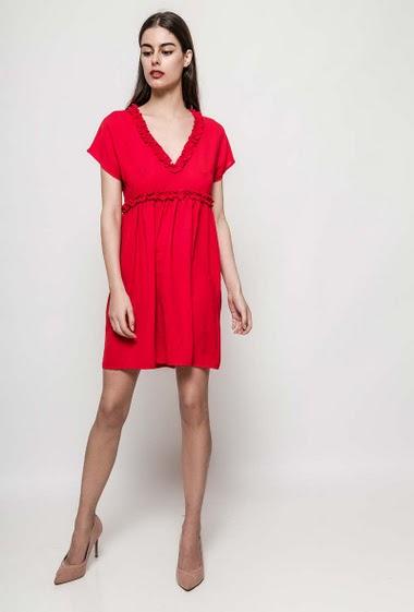Robe à col V, manches courtes, mini volants, non doublée. La mannequin mesure 177cm et porte du S/M. Longueur:90cm