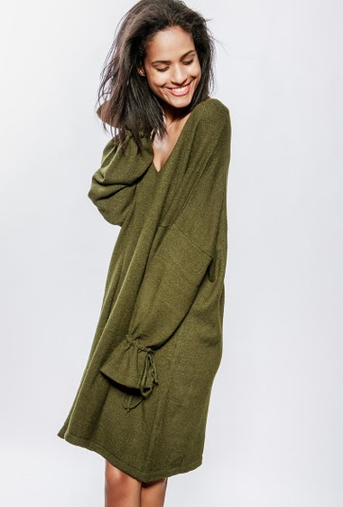 Loose knitted dress, V neck , sleeves with tie detail, oversized fit. The model measures 177cm, one size corresponds to 38-44