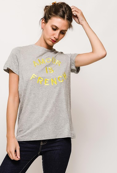 Cotton t-shirt, short sleeve, embroidered message. The model measures 170cm and wears S/M. Length:65cm