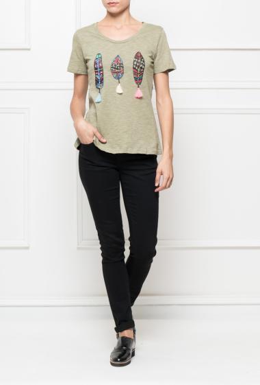 T-shirt en jersey imprimé plumes orné de perles et de pompons