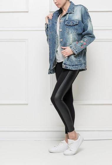 Veste en jean délavé, fleurs brodées, coupe oversize