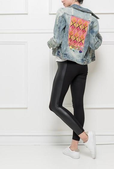 Veste en jean avec dos brodé et orné de pompons colorés, coupe  classique