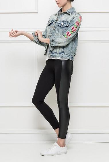 Veste en jean délavé, manches ornées de fleurs brodées, fermeture boutonnée, coupe classique