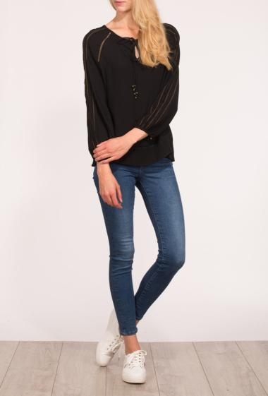 Feminine blouse with openwoked details, ties to front