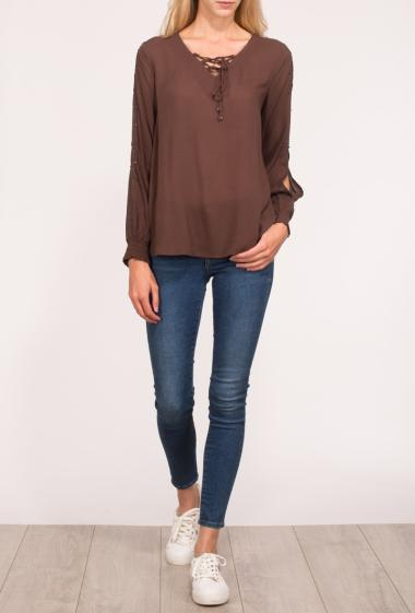 Blouse with lacing on the front, open and long sleeves