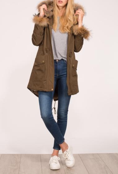 Manteau à fermeture zippée, capuche ornée de fourrure, poches, liens de serrage à la taille