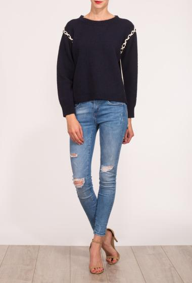 Pullover in knit with contrasting lacing on the armhole