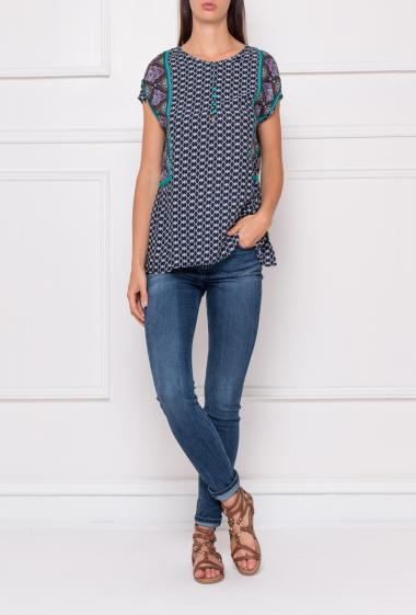 Fancy top with short sleeves and round collar with buttons