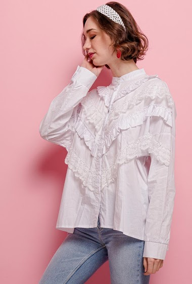 Shirt with lace. The model measures 172cm and wears S