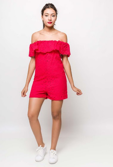 Embroidered and perforated playsuit, off shoulder design. The model measures 170cm and wears M. Length:80cm