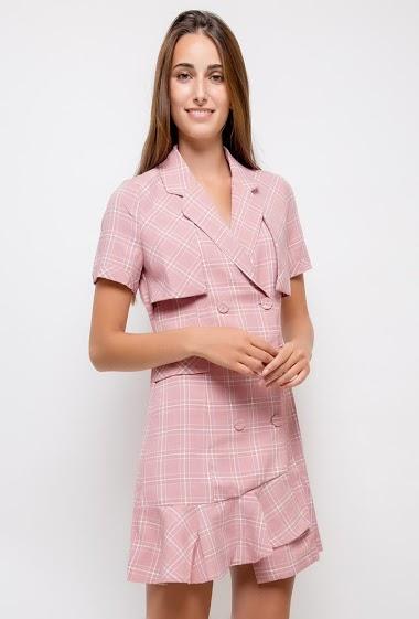Robe à manches courtes, devant boutonné. La mannequin mesure 178cm et porte du S. Longueur:90cm