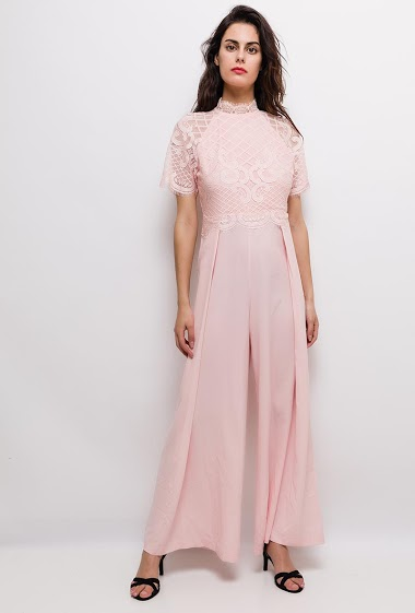 Jumpsuit with lace, short sleeves. The model measures 176cm and wears S. Length:145cm