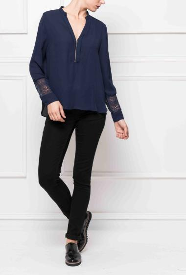 Blouse with V neck and zip, sleeves decorated with lace, casual fit