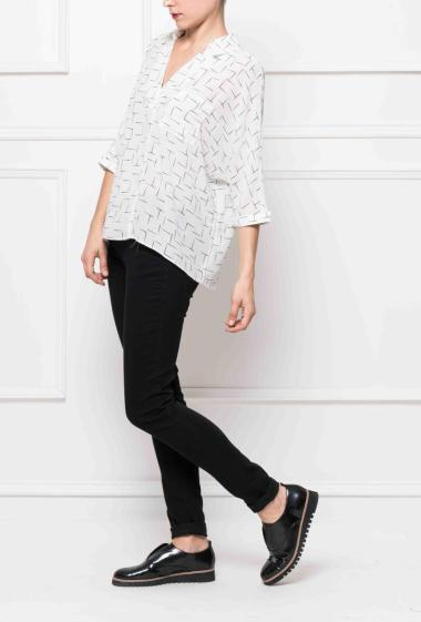 Blouse with geometric pattern, oversized and casual fit, short sleeves and open back