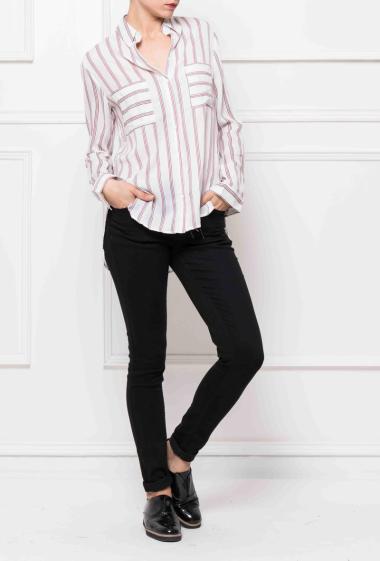 Chemise à rayures avec poches plaquées, fente sur les côtés, coupe décontractée
