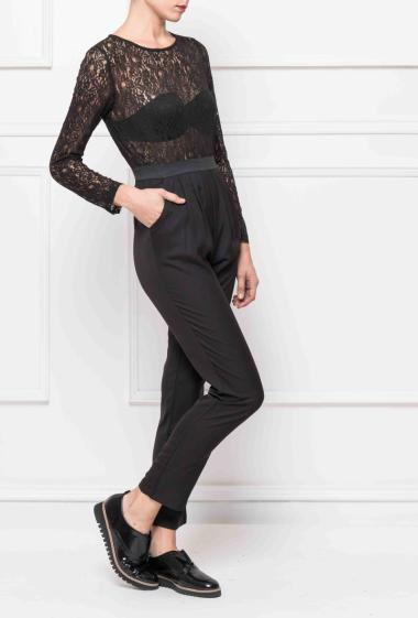 Jumpsuit in lace, fitted at the waist, zippered on the back