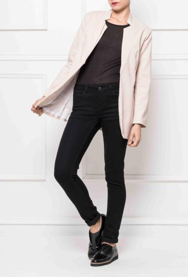 Long buttoned jacket, structured collar, fitted at the waist