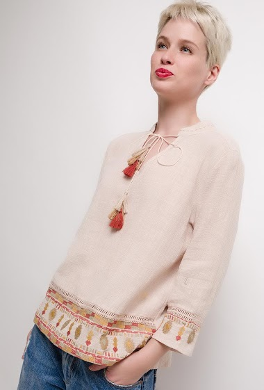 Blouse with embroideries, 3/4 sleeves. The model measures 172cm and wears M. Length:60cm