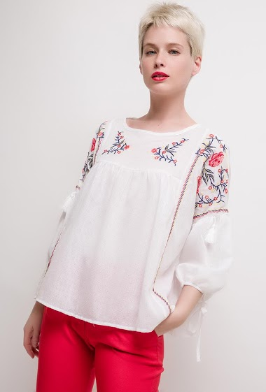 Blouse with floral embroideries. The model measures 172cm and wears M. Length:55cm