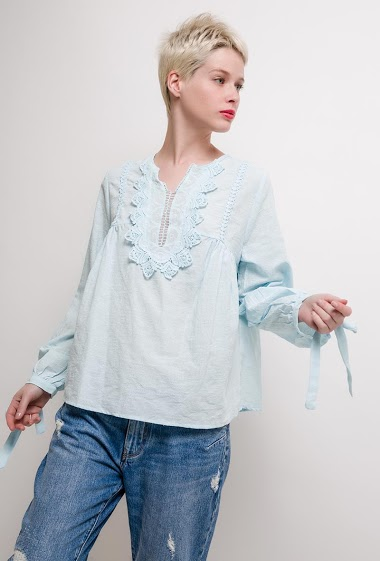 Long sleeve blouse. The model measures 172cm and wears M. Length:60cm