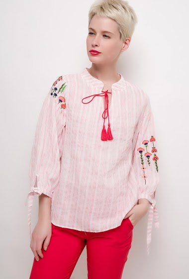 Blouse with embroideries. The model measures 172cm and wears M. Length:65cm