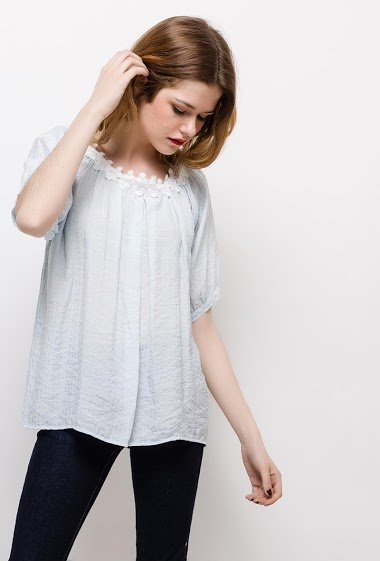 Short sleeve blouse. The model measures 171cm and wears M. Length:60cm