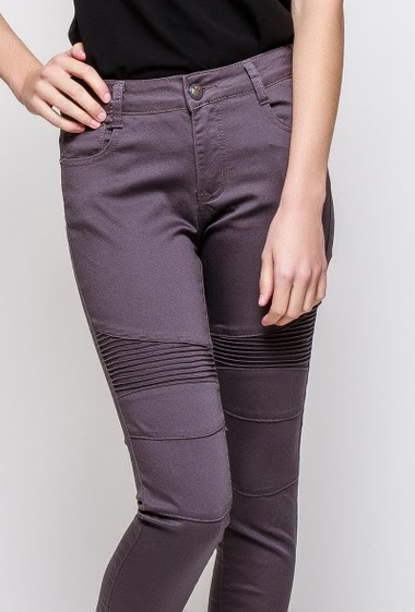 Stretch pants, knees with topstitched yoke, skinny fit. The model measures 177cm and wears T38 - Brand SOO - T0/XS/36 - T1/S/38 - T2/M/40 - T3/L/42 - T4/XL/44