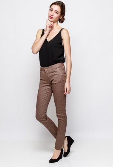 Pantalon skinny en coton.  La mannequin mesure 177cm et porte du T38 - Marque SOO - Guide des tailles T0/XS/36 - T1/S/38 - T2/M/40 - T3/L/42 - T4/XL/44