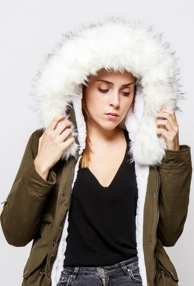 Parka with hood and removable fur, drawstring, pockets. The model measures 172cm and wears M
