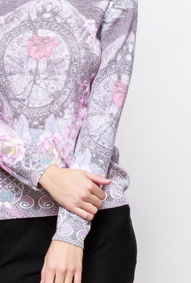 Patterned sweater, V neck, long sleeves. The model measures 177cm and wears M/L