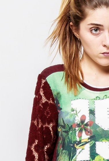 Printed sweatshirt decorated with strass, lace sleeves. The model measures 172cm and wears S/M - Brand SOO