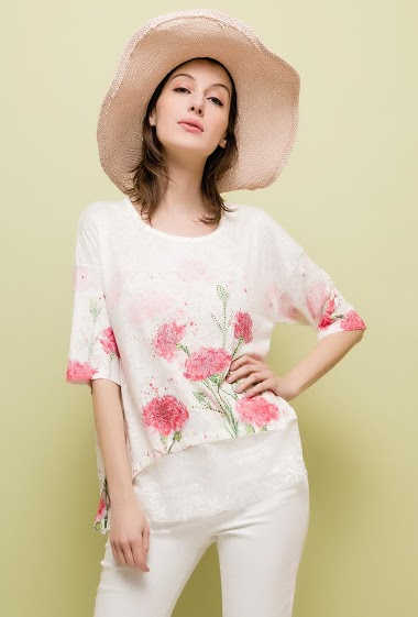 T-shirt with printed flowers, lace border. The model measures 178cm and wears M/L. Length:65cm