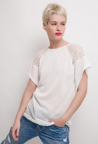 T-shirt with lace short sleeves. The model measures 172cm and wears S/M. Length:70cm