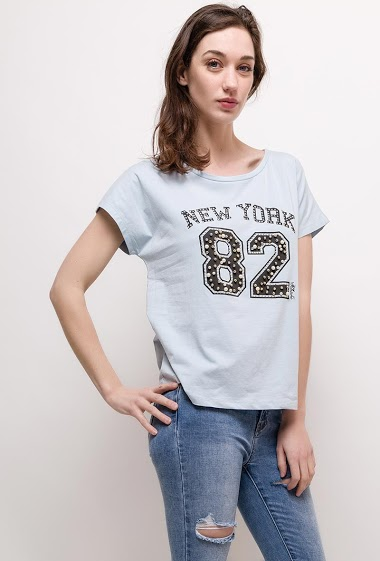 Short sleeve t-shirt. The model measures 177cm and wears M/L. Length:60cm