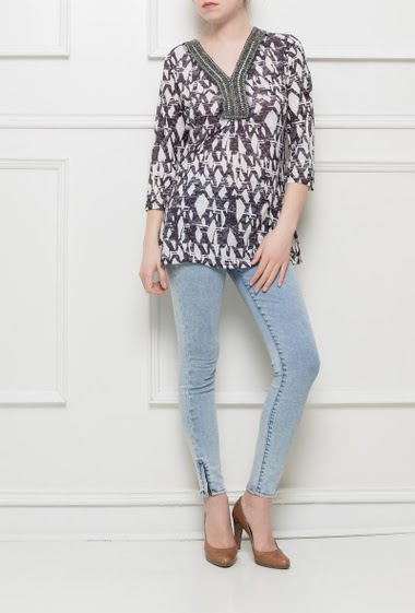 Printed tunic with 3/4 sleeves, V neck decorated with pearls