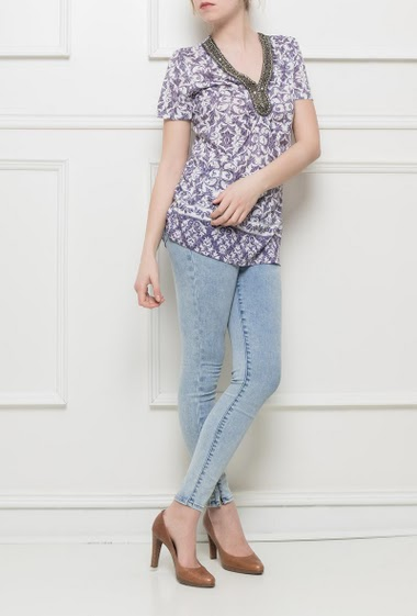 Patterned short sleeves tunic, V neck decorated with pearls, regular fit