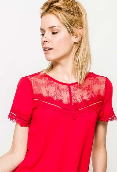 Blouse with short sleeves, transparent lace, V back. The model measures 177cm and wears S. Length:60cm