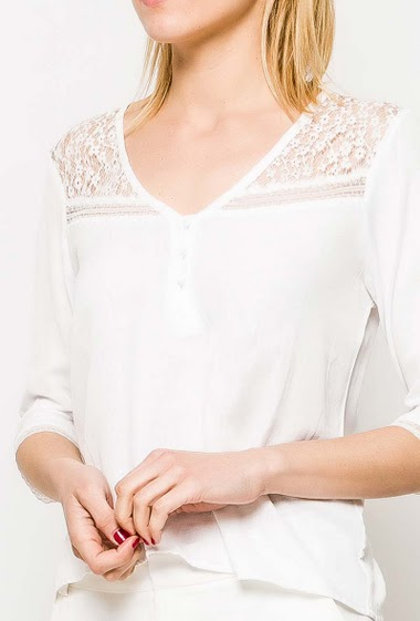 Blouse with 3/4 sleeves, refined lace. The model measures 177cm and wears S. Length:60cm