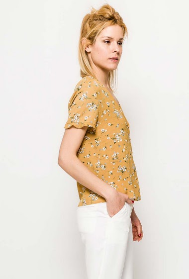 Blouse with printed flowers, short sleeves, V neck. The model measures 177cm and wears S. Length:60cm