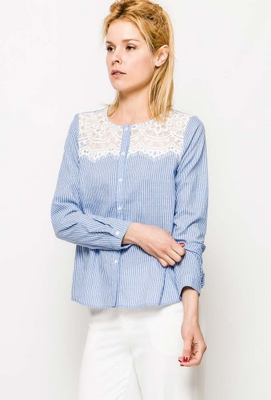 Collarless shirt, stripes, lace yoke. The model measures 177cm and wears S. Length:60cm