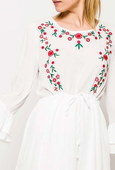 Dress with 3/4 sleeves, ruffles, embroideries. The model measures 177cm and wears S. Length:85cm