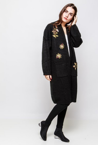 Long cardigan decorated with embroidered flowers, long fit, open front. The model measures 172cm and wears S/M