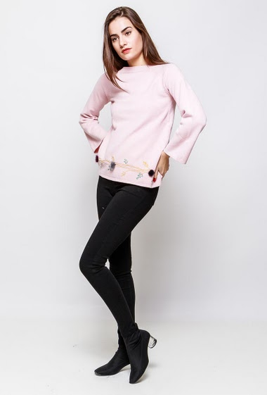Soft knitted sweater, embroidered border, fur pompons, long sleeves. The model measures 172cm and wears S/M