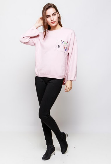 Loose sweater, pocket decorated with eyelets and pearls. The model measures 172cm and wears S/M