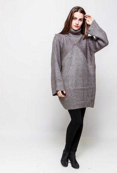 Long jumper, turtle neck, oversized collar. The model measures 172cm, one size corresponds to 38-40