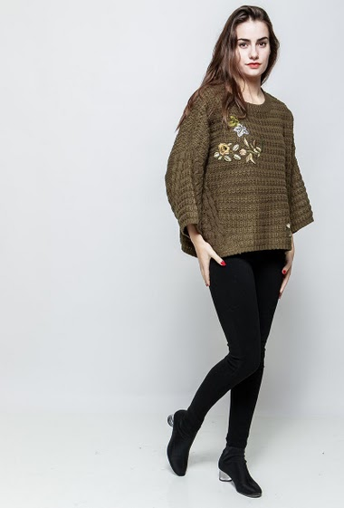 Textured sweater, V neck, embroidered flowers, loose fit. The model measures 172cm and wears S/M