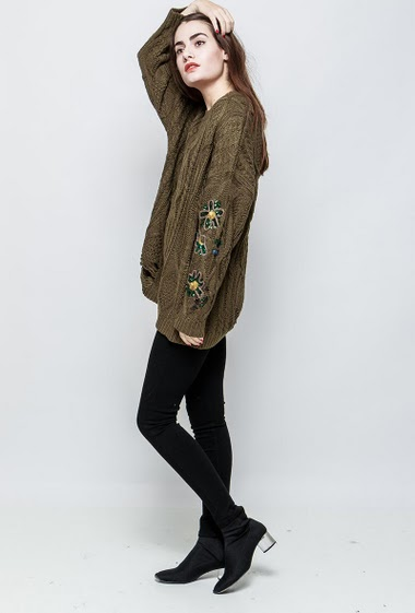 Fancy sweater, ripped knit, sleeves with embroidered flowers decorated with sequins, casual fit. The model measures 172cm and wears S/M
