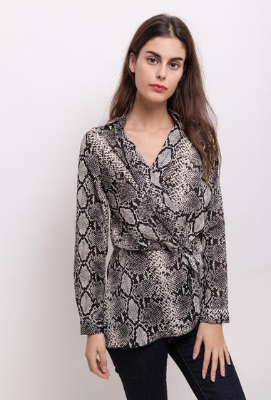 Wrap blouse. The model measures 176cm and wears S/M. Length:80cm